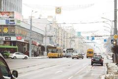 GOMEL, BIELORRÚSSIA - 19 de janeiro de 2018: Trafique o tráfego na avenida de Lenin no inverno Foto de Stock Royalty Free