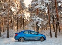Gomel, Bielorrússia - 24 de janeiro de 2018: um carro azul RENAULT LOGAN estacionou na floresta do inverno fotos de stock
