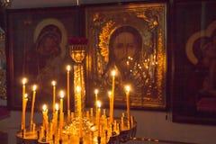 Gomel, Bielorrússia - 26 de julho de 2014: Interior dos ícones na igreja ortodoxa Imagens de Stock