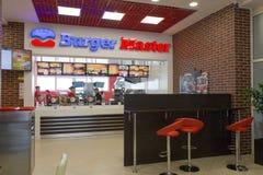 Gomel, Bielorrússia - 31 de julho de 2015: Mestre do hamburguer da corrente de comida rápida, quadrado 1 da estação de trem, Foto de Stock Royalty Free