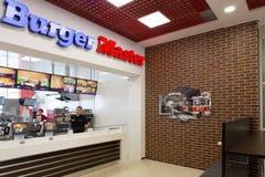 Gomel, Bielorrússia - 31 de julho de 2015: Mestre do hamburguer da corrente de comida rápida, quadrado 1 da estação de trem, Fotografia de Stock