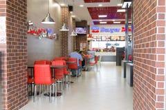Gomel, Bielorrússia - 31 de julho de 2015: Mestre do hamburguer da corrente de comida rápida, quadrado 1 da estação de trem, Fotografia de Stock Royalty Free