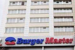 Gomel, Bielorrússia - 31 de julho de 2015: Mestre do hamburguer da corrente de comida rápida, quadrado 1 da estação de trem, Fotos de Stock