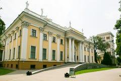Gomel, Bielorrússia - 9 de julho de 2015: Palácio de Rumyantsev - Paskevich no parque da cidade de Gomel, Bielorrússia Imagem de Stock Royalty Free