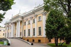 Gomel, Bielorrússia - 9 de julho de 2015: Palácio de Rumyantsev - Paskevich no parque da cidade de Gomel, Bielorrússia Fotografia de Stock