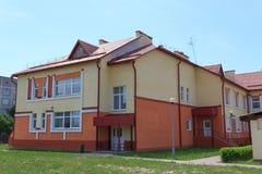 Gomel, Bielorrússia - 3 de junho de 2015: Jardim de infância novo aberto no vermelho da agro-cidade Fotografia de Stock Royalty Free