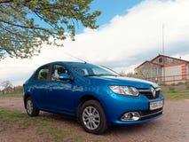 GOMEL, BIELORR?SSIA - 4 DE MAIO DE 2019: Carro azul Renault Logan na vila fotos de stock royalty free