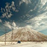 GOMEL, BIELORR?SSIA - 29 DE MAIO DE 2019: Carro azul de Renault Logan no deserto sem-vida fotografia de stock royalty free