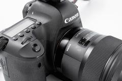 GOMEL, BIELORRÚSSIA - 12 de maio de 2017: Câmera de Canon 6d com lente em um fundo branco Canon é o manufactur o maior da câmera  Imagens de Stock