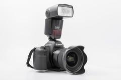 GOMEL, BIELORRÚSSIA - 12 de maio de 2017: Câmera de Canon 6d com lente em um fundo branco Canon é o manufactur o maior da câmera  Foto de Stock Royalty Free