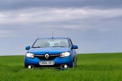 GOMEL, BIELORRÚSSIA - 24 de maio de 2017: o carro azul é estacionado no campo verde Imagem de Stock Royalty Free