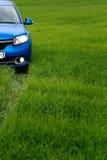 GOMEL, BIELORRÚSSIA - 24 de maio de 2017: o carro azul é estacionado no campo verde Fotografia de Stock Royalty Free