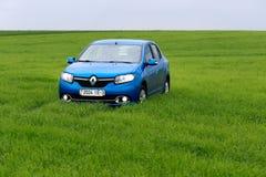 GOMEL, BIELORRÚSSIA - 24 de maio de 2017: o carro azul é estacionado no campo verde Fotos de Stock