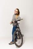 GOMEL, BIELORRÚSSIA - 12 de maio de 2017: TRILHA do Mountain bike em um fundo branco A menina está montando Foto de Stock