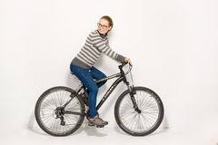 GOMEL, BIELORRÚSSIA - 12 de maio de 2017: TRILHA do Mountain bike em um fundo branco A menina está montando Fotografia de Stock Royalty Free