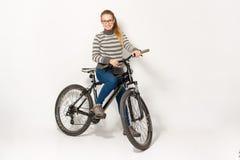 GOMEL, BIELORRÚSSIA - 12 de maio de 2017: TRILHA do Mountain bike em um fundo branco A menina está montando Imagens de Stock Royalty Free