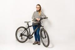 GOMEL, BIELORRÚSSIA - 12 de maio de 2017: TRILHA do Mountain bike em um fundo branco A menina está montando Imagem de Stock Royalty Free