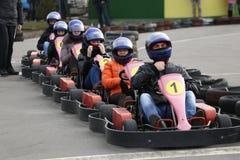GOMEL, BIELORRÚSSIA - 8 DE MARÇO DE 2010: Competições amadoras nas raças na trilha karting recreação organizada fotos de stock royalty free