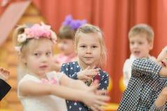 Gomel, Bielorrússia - 2 de março de 2017: um concerto de gala no jardim de infância dedicado à ocasião do 8 de março imagens de stock royalty free