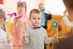 Gomel, Bielorrússia - 2 de março de 2017: um concerto de gala no jardim de infância dedicado à ocasião do 8 de março fotografia de stock