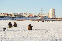 GOMEL, Bielorrússia - 24 de março de 2018: Pesca do inverno Pescadores nos peixes da captura do gelo Foto de Stock