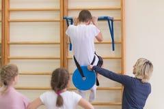 Gomel, Bielorrússia - 19 de novembro de 2016: Competições de esportes na acrobacia entre os meninos e as meninas carregados em 20 Foto de Stock