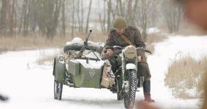 Gomel, Bielorrússia - 25 de novembro de 2018: Re-enactor vestido como o soldado Of World War do russo II que preparam-se para a b vídeos de arquivo
