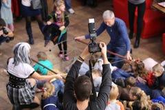GOMEL, BIELORRÚSSIA - 28 de outubro de 2017: Crianças em um café Programa divertido para o feriado de Dia das Bruxas fotos de stock royalty free