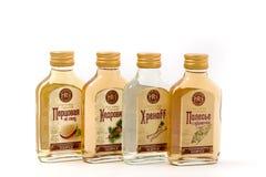 GOMEL, BIELORRÚSSIA - 26 de setembro de 2017: Produtos alcoólicos da destilaria de Gomel em um fundo branco Fotos de Stock