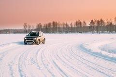 Gomel, Bielorrússia O carro Renault Duster Or Dacia Duster Suv estacionou na paisagem nevado do campo do campo do inverno sob cên imagem de stock