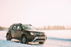 Gomel, Bielorrússia O carro Renault Duster Or Dacia Duster Suv estacionou no campo nevado do inverno no por do sol Dawn Sunrise imagens de stock royalty free