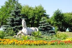 Gomel, Bielorrússia, o 9 de agosto de 2010: O cavalo arquitetónico pequeno do formulário na rua Efremova Fotos de Stock Royalty Free