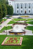 Gomel, Bielorrússia, o 12 de agosto de 2009: Victory Square com uma fonte Fotografia de Stock
