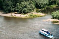 Gomel, Bielorrússia Vista aérea superior do rio de Sozh, barco de turista de flutuação Imagens de Stock Royalty Free