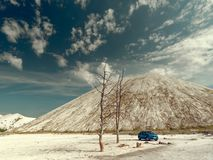 GOMEL, BIELORR?SSIA - 29 DE MAIO DE 2019: Carro azul de Renault Logan no deserto sem-vida foto de stock royalty free