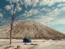 GOMEL, BIELORR?SSIA - 29 DE MAIO DE 2019: Carro azul de Renault Logan no deserto sem-vida imagem de stock royalty free