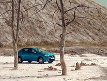 GOMEL, BIELORR?SSIA - 29 DE MAIO DE 2019: Carro azul de Renault Logan no deserto sem-vida fotografia de stock