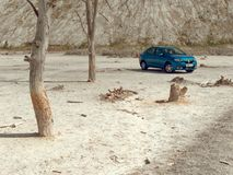GOMEL, BIELORR?SSIA - 29 DE MAIO DE 2019: Carro azul de Renault Logan no deserto sem-vida foto de stock