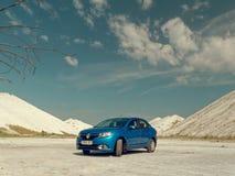 GOMEL, BIELORR?SSIA - 29 DE MAIO DE 2019: Carro azul de Renault Logan no deserto sem-vida imagens de stock