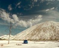 GOMEL, BIELORR?SSIA - 29 DE MAIO DE 2019: Carro azul de Renault Logan no deserto sem-vida fotos de stock