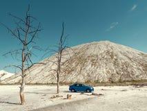 GOMEL, BIELORR?SSIA - 29 DE MAIO DE 2019: Carro azul de Renault Logan no deserto sem-vida imagem de stock