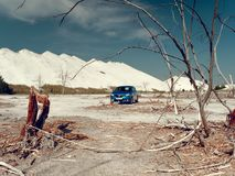 GOMEL, BIELORR?SSIA - 29 DE MAIO DE 2019: Carro azul de Renault Logan no deserto sem-vida imagens de stock royalty free