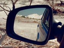 GOMEL, BIELORR?SSIA - 29 DE MAIO DE 2019: Carro azul de Renault Logan no deserto sem-vida fotos de stock royalty free