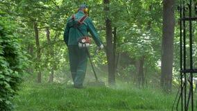 GOMEL, BIELORR?SSIA - 15 DE MAIO DE 2019: Conjunto Paskevichi do pal?cio e do parque Um homem sega um lawnmower do gramado video estoque