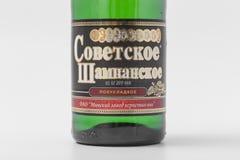 GOMEL, BIELORRUSIA - 7 DE ABRIL DE 2017: BOTELLA de champán SOVIÉTICO en un fondo blanco Imagenes de archivo