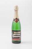 GOMEL, BIELORRUSIA - 7 DE ABRIL DE 2017: BOTELLA de champán SOVIÉTICO en un fondo blanco Foto de archivo libre de regalías
