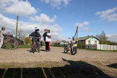 Gomel, Bielorrusia - 27 de abril de 2016: la vida de niños bielorrusos en el pueblo Derbichi cycling 27 de abril de 2016 en el pu fotografía de archivo