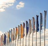 GOMEL, BIELORRUSIA - 16 de abril de 2017: Muchas banderas en astas de bandera en el viento imagenes de archivo
