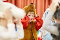 Gomel, Bielorrusia - 20 de diciembre de 2017: Día de fiesta del ` s del Año Nuevo para los niños en guardería Niños 4 - 5 años Fotos de archivo libres de regalías