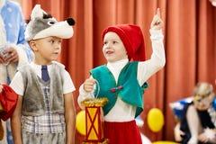 Gomel, Bielorrusia - 20 de diciembre de 2017: Día de fiesta del ` s del Año Nuevo para los niños en guardería Niños 4 - 5 años Imagenes de archivo